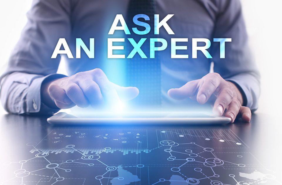 Imagen de un cliente o abogados consultando a un experto en su tablet.